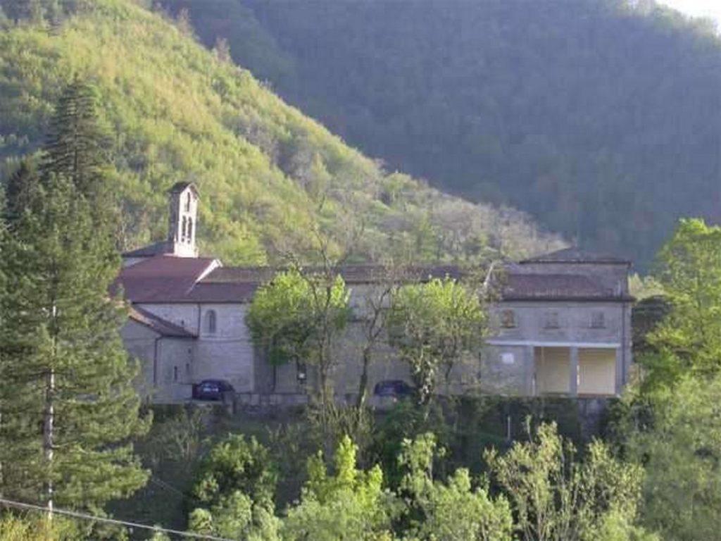 La chiesa con il porticato di ingresso