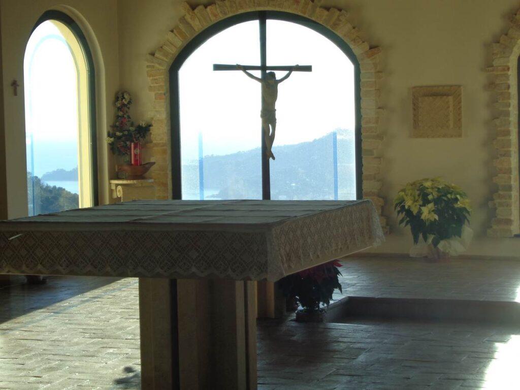 Altare e Crocifisso